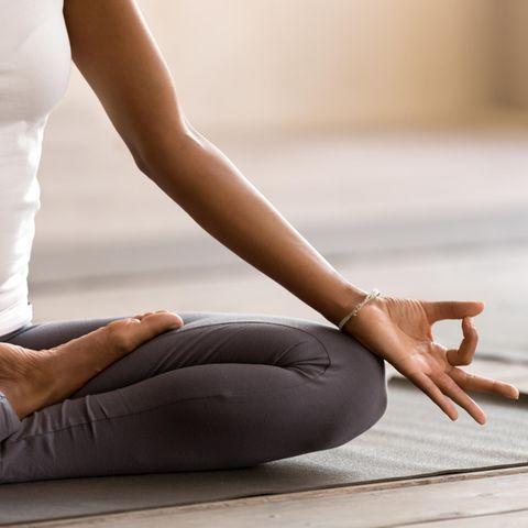 Entspannungsübungen: Frau meditiert im Schneidersitz