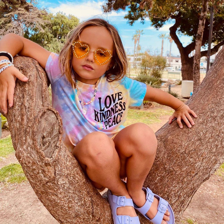 Peace! Im süßen Hippielook verbreitet Tamara Ecclestones Tochter Sophia gute Stimmung und könnteso gestylt gleich aufs nächsteMusikfestival marschieren (in ein paar Jahren).