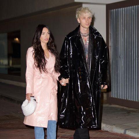 Ein Paradebeispiel in Sachen Partnerlook liefern Schauspielerin Megan Fox und ihr FreundMachine Gun Kelly. Megan in einemTrenchcoat aus Lack in einem frischen Babyrosa, Rapper Machine Gun Kelly in einem schwarzen Modell.