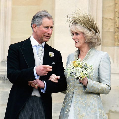 9. April 2005  Als Prinz Charles endlich seine große Liebe Camilla Parker-Bowles heiraten konnte, strahlte sie in einem beige-bläulichen Kleid aus Seidenchiffon, über dem sie einen aufwändig bestickten Seidenmantel trug.Besonderer Hingucker war aber das federnbesetzte Hütchen von Philip Treacy.