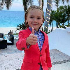 Daumen hoch für diesen Style! Pinks süßer Mode-Mini Jameson sieht im knalligen Anzug mit Karohemd so richtig cool aus. Mit zurückgegelten Haaren und barfuß noch mal mehr, und der Look scheint ihm selbst ziemlich gut zu gefallen.
