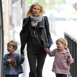 2010 hält Mama Gwyneth Paltrow ihre beiden Kids noch fest an der Hand. Sohn Moses und Tochter Apple stammen aus der Ehe mit Coldplay-Frontmann Chris Martin, die 2018 leider zerbrach. Aus ihren Schützlingen sind mittlerweile selbstbewusste Teenies geworden, die ihren eigenen Weg gehen.