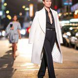 Ein Outfit, das wie für Shalom Harlow gemacht scheint: Ein eleganter Power-Suit in Schwarz. Den weißen Mantel trägt sie lässig über die Schultern geworfen.
