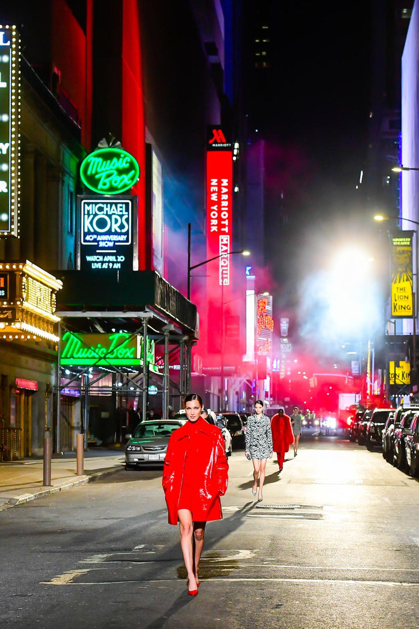 Wenn das mal kein Setting ist! Bella Hadid und Co. machen den Broadway zum Catwalk.