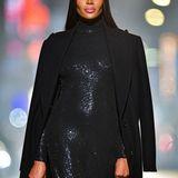 Model-Royalty: Naomi Campbell in einer schwarzen Paillettenrobe und bodenlangem Mantel.