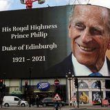 Ein großer Werbebanner am Piccadilly Circus erinnert nach der Todesmeldung an den Herzog von Edinburgh. Er zeigt ein Foto eineslächelnden Prinz Philip.