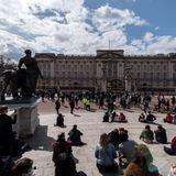 In ihrer Trauer vereint: Unzählige Menschen zieht es nach der Todesmeldung von Prinz Philip an den Buckingham Palast. Mit Abstand zollen sie dem Verstorbenen Tribut.