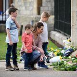 Das Blumenmeer vor dem Buckingham Palast wächst stündlich weiter. In solch schweren Momenten rückt die Familie zusammen. Auch dieses Quartett kondoliert der Königin gemeinsam zu ihrem Verlust.