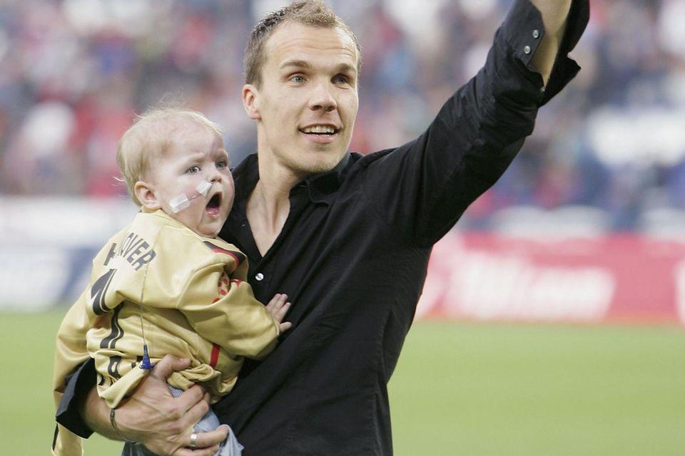 Dieses Bild vom 13. Mai 2006 bleibt unvergessen: Robert Enke mit seiner herzkranken Tochter auf dem Arm im Stadion seines Vereins Hannover 96. Lara starb 2006 im Alter von zwei Jahren an einem angeborenen Herzfehler.
