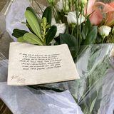 Vor der britischen Botschaft in Washington D.C. gedenkt ein Trauernder dem gestorbenen Prinz Philip – legt Blumen und einen Brief nieder.