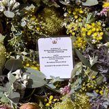 Ein Kranz mit einer Beileidsbekundungwird im australischen Melbourne im Namen von Linda Dessau, Gouverneur von Victoria, niedergelegt.