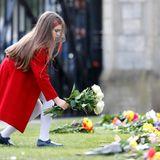 Weiße Rosen für Prinz Philip: Ein Mädchen legt Blumen vor Schloss Windsor nieder und zollt dem verstorbenen Herzog von Edinburgh Tribut.