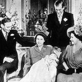 November 1948  Stolz zeigt die junge Elizabeth ihren Erstgeborenen bei einem offiziellen Fototermin. Prinz Charles kommt am 14. November 1948 im Buckingham Palast zur Welt.