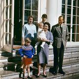 April 1965  Nesthäkchen Prinz Edward wird am 10. März 1964 im Buckingham Palast geboren und macht Queen Elizabeth und Prinz Philip damit zu vierfachen Eltern. Im Garten von Frogmore House in Windsor posiert die königliche Familie für dieses Foto.