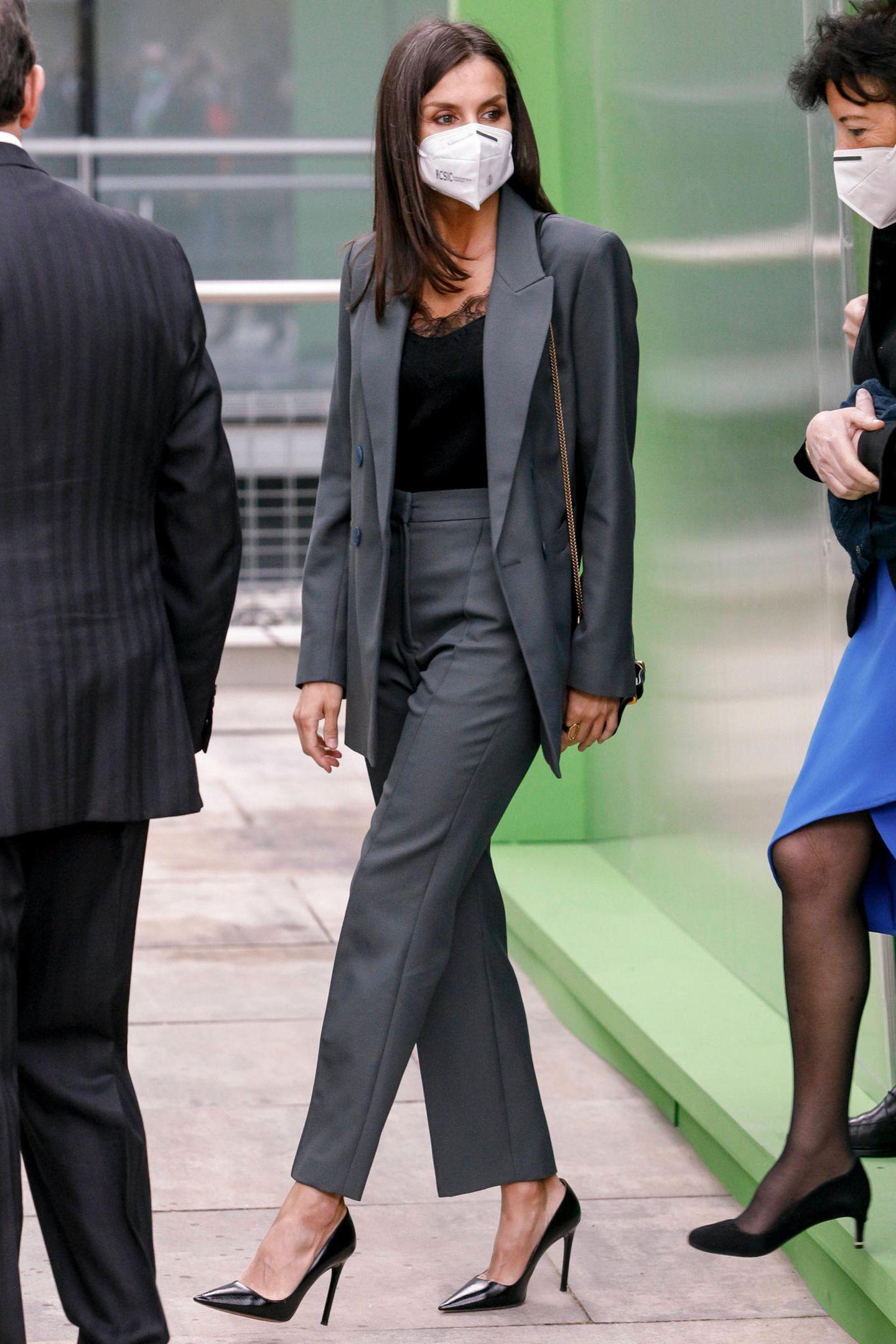 Königin Letizia von Spanien zeigt sich bei der Eröffnung eines Innovations- und Ausbildungszentrums in Madrid perfekt gestylt wie immer. Die Königin setzt auf einen grün-grauen Hosenanzug des spanischen Labels Bimba Y Lola. Dazu kombiniert sie ein edles Top mit Spitzendetails und Prada-Pumps mit satten 13 Zentimeter Absatz.