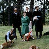 20. November 1979  Ihren 32. Hochzeitstag feiern die Queen und Prinz Philip auf Schloss Balmoral in Schottland. Zusammen mit ihren Kindern, Enkelsohn Peter und ihren Hunden werden sie an diesem besonderen Tag fotografiert.