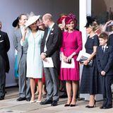 12. Oktober 2018  Queen Elizabeth und Prinz Philip haben insgesamt acht Enkel. Sie sind mittlerweile selbsterwachsen und gründen ihre eigenen Familien. Dieses Foto zeigt einen Teil der royalen Familie vor derSt. George's Chapel in Windsor am Hochzeitstag von Prinzessin Eugenie und Jack Brooksbank.
