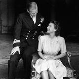10. Juli 1947  Verliebt und strahlend vor Glück zeigen sich Prinzessin Elizabeth und Leutnant Philip Mountbatten bei offiziellen Fotoaufnahmen zu ihrer Verlobung, die einen Tag vorher bekannt gegeben wurde.