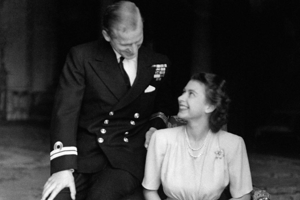 10. Juli 1947  Verliebt und strahlend vor Glück zeigen sich Prinzessin Elizabeth und Lieutenant Philip Mountbatten bei offiziellen Fotoaufnahmen zu ihrer Verlobung.