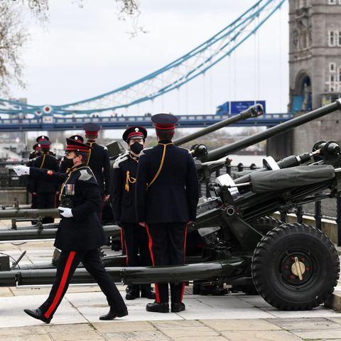 Zu Ehren des verstorbenen Prinz Philip feuern Kanonen inganz Großbritannien41 Schüsse ab. Dieses Foto entsteht vor dem Tower of London.