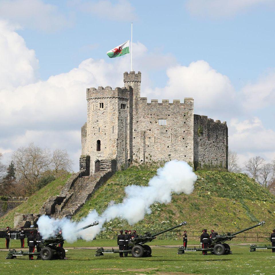Das 104. Regiment Royal Artillery feuert Salutschüsse zu Ehren des verstorbenen Prinz Philips vor Cardiff Castle in Wales ab.