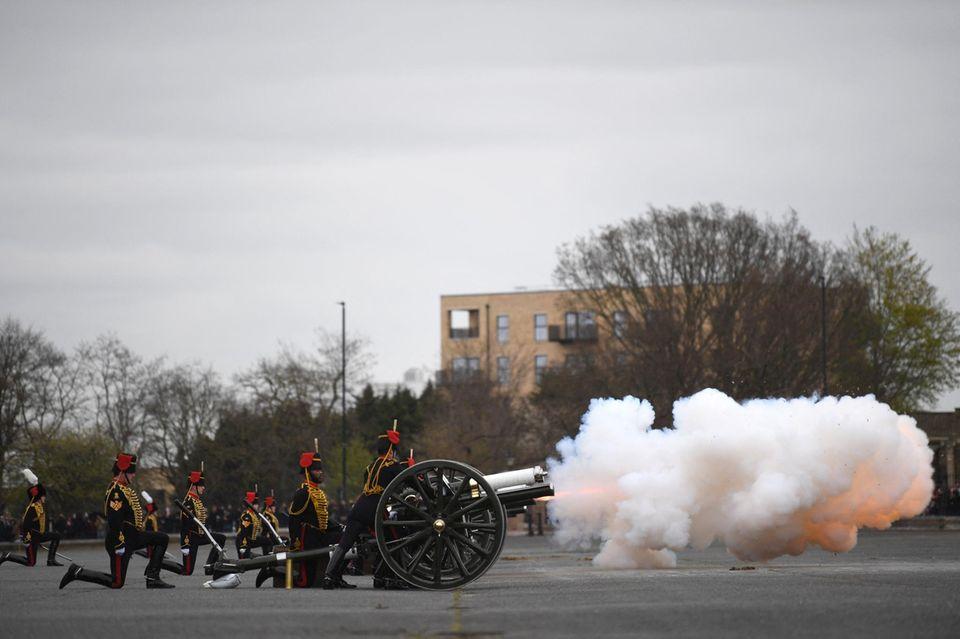 The Kings Troop Royal Horse Artillery feuert die Salutschüsse einen Tag nach Prinz Philips Tod in London ab.