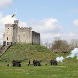 Ein Trauer-Ritual, das auch in Cardiff zu hören ist. Hier feuern die Kanonen ebenfalls und beteiligen sich an der Zeremonie.