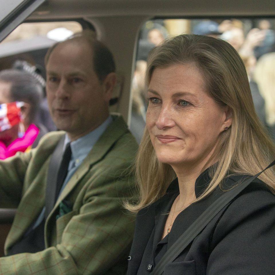 Prinz Edward und Gräfin Sophie von Wessex sind beim Verlassen von Schloss Windsor sichtlich gerührt von wartenden Fans.