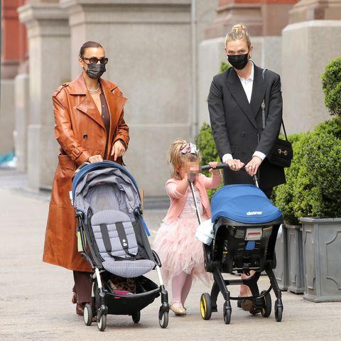 Zwei Topmodels unter sich: Gemeinsam mit ihren Kids spazieren Irina Shayk und Karlie Kloss zum Washington Square Park in New York. Während Shayk-Tochter Lea De Seine ihren Buggy nur noch für kleine Verschnaufpausen braucht, liegt dererst knapp ein Monat alte Säuglingvon Karlie Kloss noch in einer Babyschale.