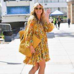 """Bei Heidi Klum ist offiziell der Sommer in den Kleiderschrank eingezogen. Auf dem Weg zu den Dreharbeiten von """"America's Got Talent"""" in Los Angeles lacht das Topmodel gut gelaunt in die Kamera. Ihr Boho-Kleid von Zimmermann ist perfekt auf ihre gelbe XL-Bag abgestimmt, die das Topmodel direkt noch mehr zum Strahlen bringt. Was für ein schöner Look!"""
