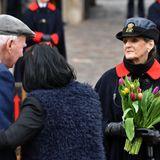 Blumenin Gedenken an den verstorbenen Prinz Philip: Ein Paar überreicht einer Aufseherin vor den Toren von Schloss Windsor einen bunten Strauß Tulpen. Warme Worte bauen während des großenVerlusts auf.