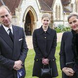 An seiner Seite stehen seine Frau, Gräfin Sophie von Wessex und seine Tochter, Lady Louise. In schwarz gekleidet kommen sie zum sonntäglichen Gottesdienst in die Royal Chapel of All Saints im Windsor Park.