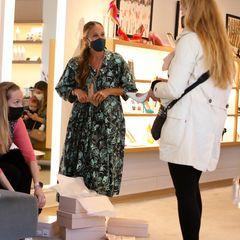 11. April 2021  Fashionista Sarah Jessica Parker liebt Schuhe. Und das so sehr, dass sie sich kurzum selbst in ihren Laden in Manhattan stellt und die schönsten Stilettos, Pumps & Co. höchstpersönlich an die Frau bringt. Ein unschlagbares Verkaufsargument mit dem gewissen Sex-and-the-City-Feeling. Dank ihrer Beratung findet garantiert jeder seinen persönlichen Schuh-Star.