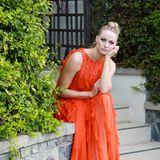 Ganz verträumt zeigt sich SchauspielerinNiamh Algar in einem leuchtenden Volant-Look von Valentino.