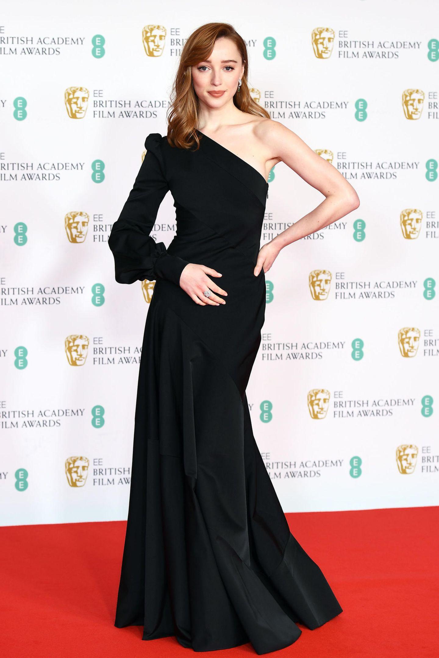 """Für ihren Auftritt als BAFTA-Präsentatorin in der Royal Albert Hallhat sich """"Bridgerton""""-Star Phoebe Dynevor mit einemOne-Shoulder-Look von Louis Vuitton elegant in Szene gesetzt."""