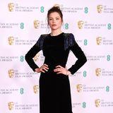 In einem eleganten Samt-Look von Giorgio Armani macht Schauspielerin Sophie Cookson auf dem roten Teppich einen tollen Eindruck.