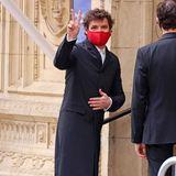 Schmale Hose, langer Mantel: Pedro Pascal weicht ein wenig vom klassischen Black-Tie-Look ab. Und um aufzufallen, hilft auch die rote Maske.