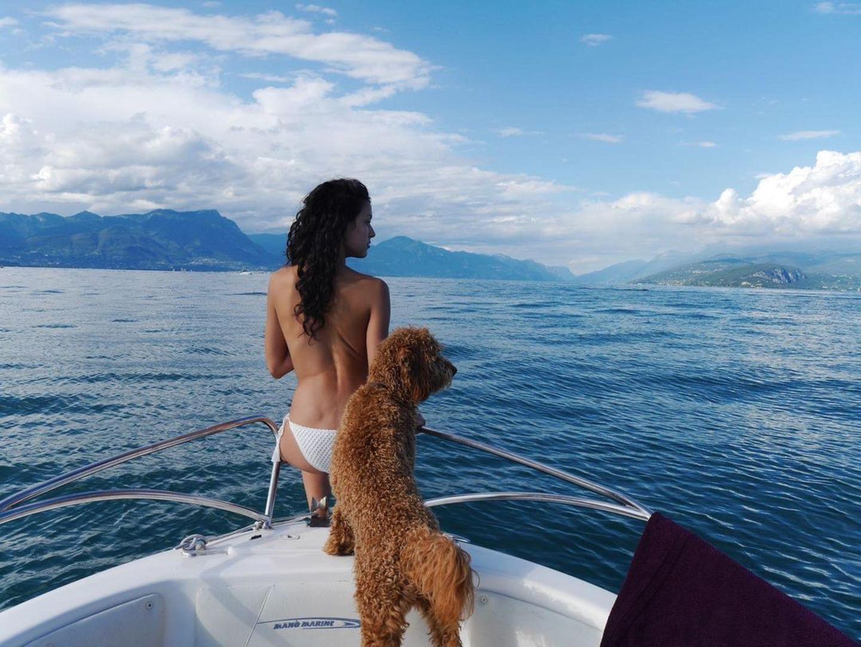 11.April 2021  Gestern war nationaler Tag des Haustieres. Rebecca Mir teilte dazudieses schöneThrowback-Foto. Sie undHund Macchia genießen hier die Aussicht auf denGardasee.