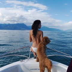 11.April 2021  Gestern war nationaler Tag des Haustieres. Rebecca Mir postet dieses schöne Foto von sich und Hund Macchia.