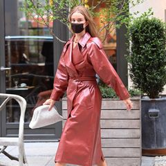 WennRosie Huntington-Whiteley das Haus verlässt, passiert das selten ohne das perfekte Outfit. Auf dem Weg zu einem Fotoshooting in New York zeigt sich das Topmodel mal wieder von oben bis unten durchgestylt. Immer wieder greift Rosie bei ihren Looks zum Label Bottega Veneta. Auch hier sind der Ledertrenchcoat, die Clutch und die Sandaletten von der italienischen Marke.