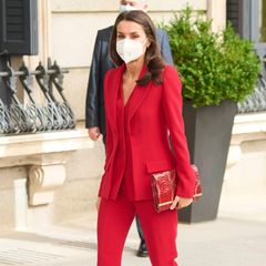 Königin Letizia setzt bei der Hommage an Clara Campoamor in Madrid auf einen ihrer Lieblingslooks: Einen Zweiteiler in Signalrot von Roberto Torretta, der Blazer hat einen raffinierten Doppelsaum am Revers. Dazu kombiniert sie farblich passende Pumps und Clutch.