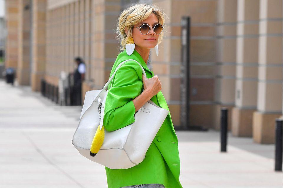 Heidi Klum in Neon-Blazer.