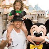 2009 saß Ava im Disneyland noch auf den Schultern ihres Papas Hugh Jackman ...