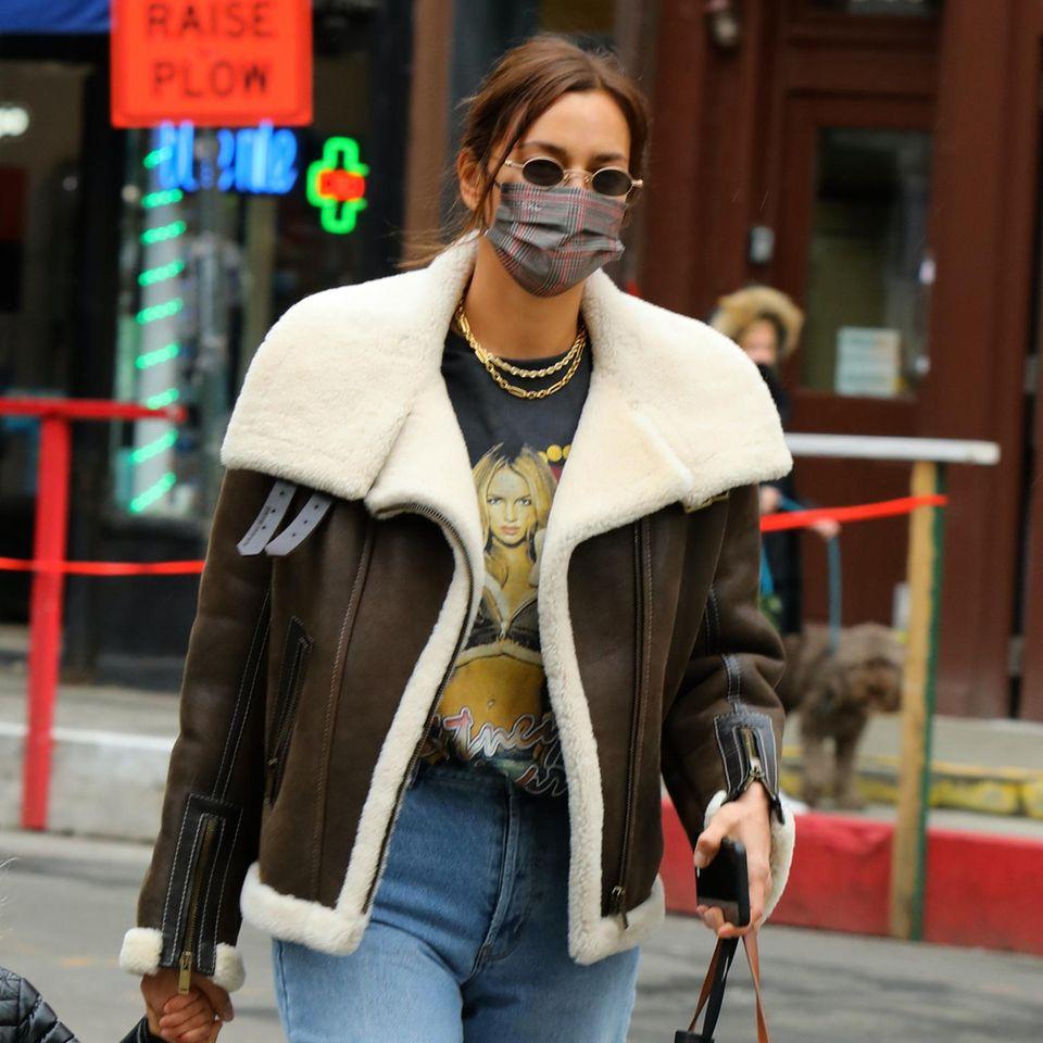 Super lässig – und feminin. So würden wir den Modegeschmack von Irina Shayk bezeichnet.Jetzt outet sich das Model auch in Sachen Musik-Vorliebe: Ihr Britney-Spears-Fanshirt kombiniert siemit einer Mom-Jeans und einer Fliegerjacke aus braunem Leder.
