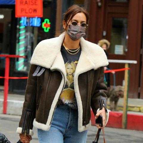 Super lässig – und trotzdemweiblich. So würden wir den Mode-Geschmack von Irina Shayk bezeichnet.Jetzt outet sich das Model auch in Sachen Musik-Vorliebe: Ihr Britney-Spears-Fanshirt kombiniert siemit einer Mom-Jeans und einer Fliegerjacke aus braunem Leder.
