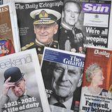 Das Verhältnis zwischen der Royal Family und der britischen Presse ist zuweilen kompliziert, doch dieTrauerumPrinz Philip eintdas Königshaus und die Medienhäuser, die dem Verstorbenen und seiner FamiliebewegendeZeilen widmen.Über den Tod von Prinz Philipwurde am Wochenende auf allen Titelseiten Großbritanniens berichtet.