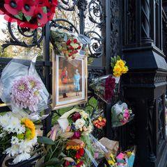 Auch vor den Toren von Sandringham, demkönigliche Landsitzin der Grafschaft Norfolk,erweisen Besucher mit Blumenbotschaften Prinz Philip seine letzte Ehre.