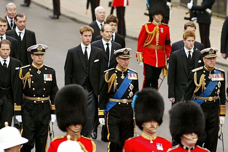 Prinz William und Prinz Harry (zweite Reihe) zollen ihrer verstorbenen Urgroßmutter Queen Mum Respekt.