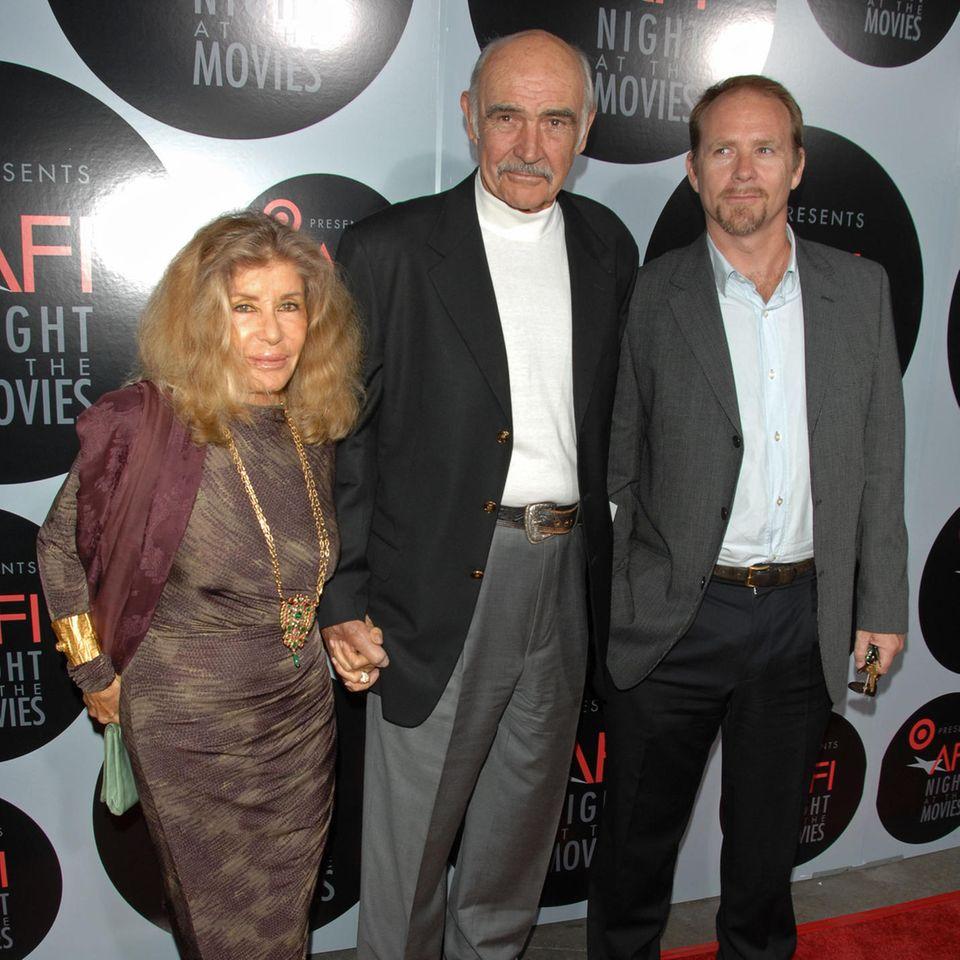 """Sean Connery (†90)mit EhefrauMicheline Roquebrune und SohnJason Connerybei der""""AFI's Night At The Movies"""" im Oktober 2008."""