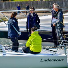 """Für die Prinzessin hat dieser Termin eine besondere Bedeutung: Denn bis zu seinem Tod war Prinz Philip ein langjähriges Mitglied der """"Royal Yacht Squadron"""". Auch Anne selbst gefallendie Sportbooteund sie erinnert sich in Gesprächen daran zurück, wie sie als junge Frau gelernt hatte, auf PrinzPhilips """"Bloodhound-Yacht"""" zu segeln. Erinnerungen, die der Prinzessin in ihrer Trauer ein kleines Lächeln auf das Gesicht zaubern."""